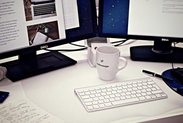 パソコンデスクとコーヒー